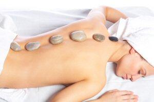 La Stone-Therapie: Wärmemassage mit heißen Steinen aus Basalt und Marmor