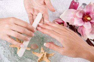 Maniküre und French Maniküre: Pflege von Nägel und Hand